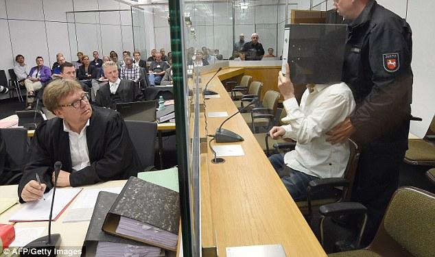 Ebrahim B (no en la foto) y Ayoub B (en la foto con una carpeta en frente de su cara) aopeared hoy en el tribunal