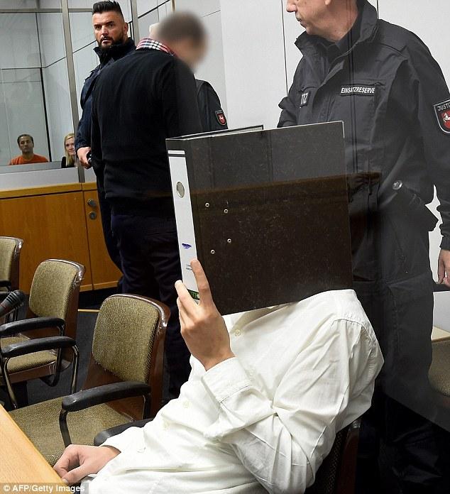 Sala: Ebrahim B (segunda por la izquierda) en la foto con Ayoub B, 27, (sentado) en la corte en Celle, Alemania