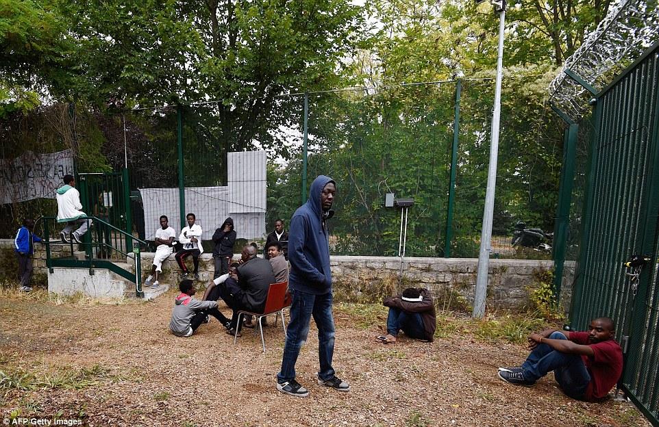 El Emaús refugio cerca del hipódromo de Vincennes, en el este de París, fue bloqueado por los inmigrantes de hoy