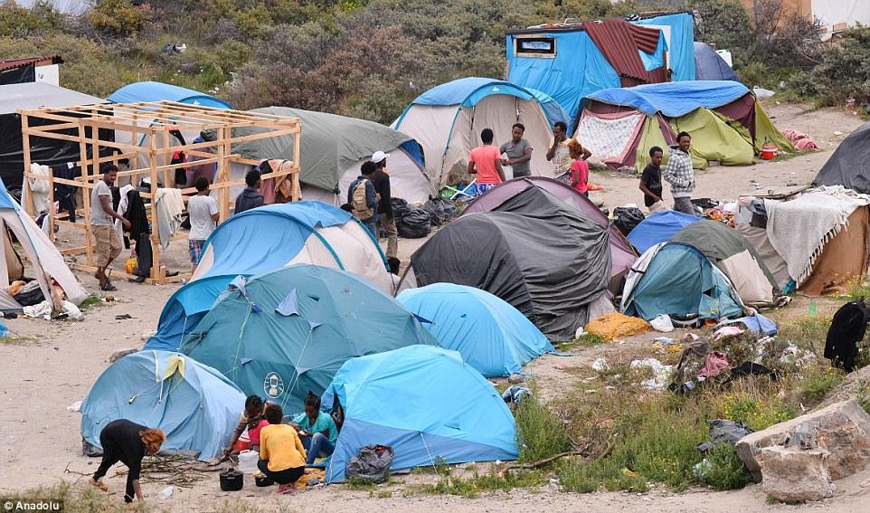 Tiendas de campaña: Decenas fo migrantes que esperan llegar al campamento de Gran Bretaña en Calais, al norte de Francia esta mañana