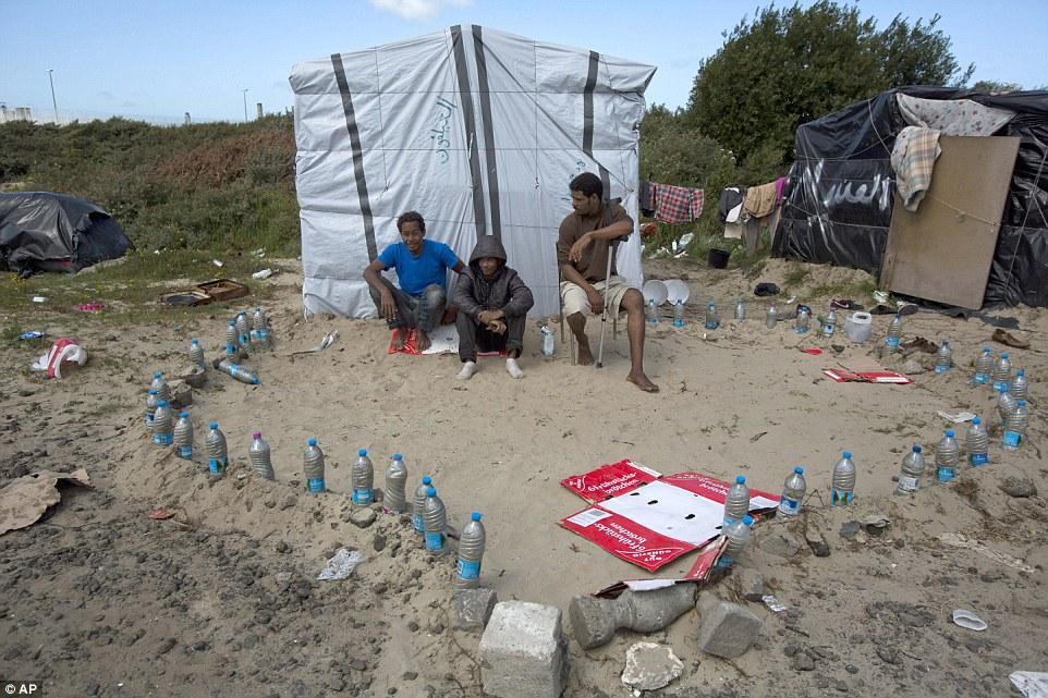 Provisional: El campamento improvisado en Calais, al norte de Francia, donde miles de inmigrantes han establecido su casa mientras tratan desesperadamente de huir de Europa para Gran Bretaña ahora cuenta con su propia mezquita hecha de botellas de agua e incluye alfombras de oración hechas de cajas de cartón aplanadas