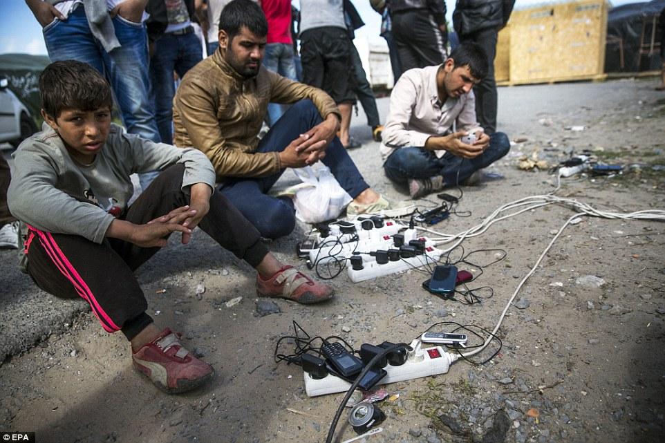 Carga: El campo de Calais destartalado también cuenta con puntos de electricidad, donde los teléfonos móviles pueden ser cargados en múltiples enchufes adaptadores