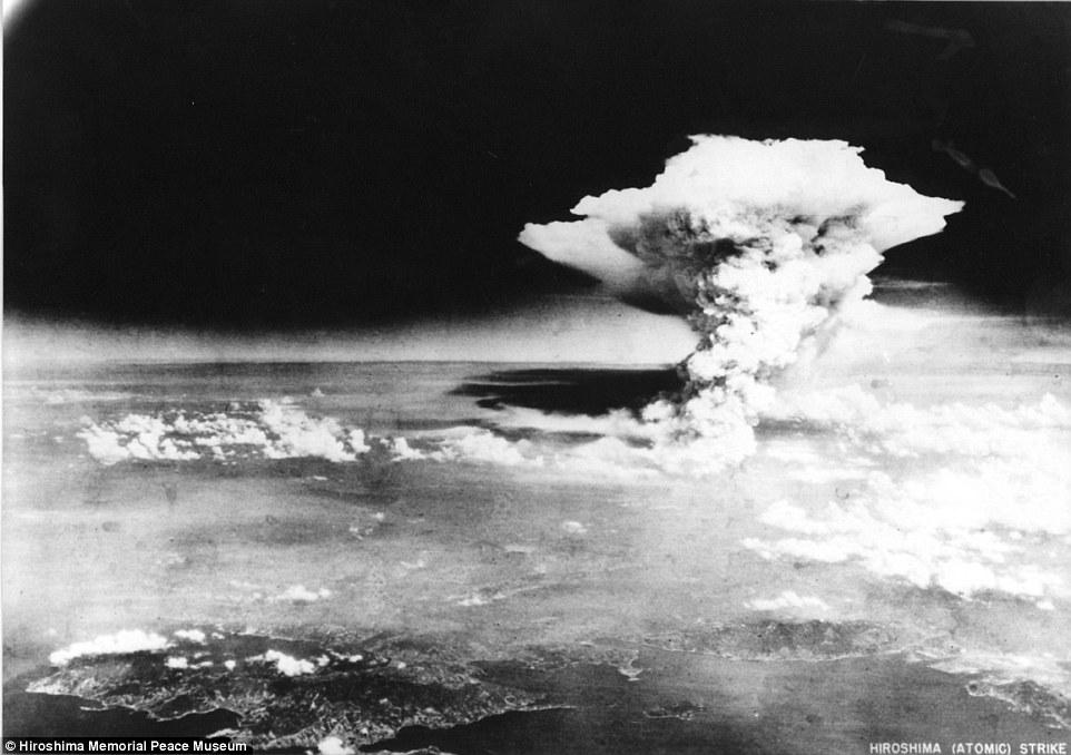 """Explosión: 'Little Boy' - la primera bomba atómica usada en la guerra - mató a 140.000 personas en Hiroshima (en la foto).  Una segunda bomba """"Fat Man"""", dejó caer sobre Nagasaki tres días más tarde, matado a otro 70.000"""