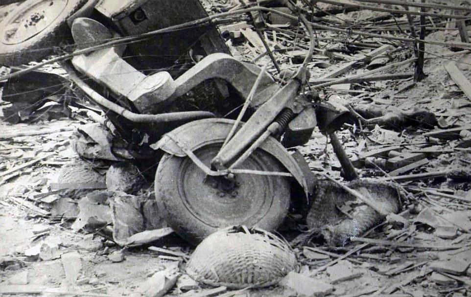 Caos: Se cree que el fotógrafo desconocido que murió poco antes de su cámara salió a la venta, ya que nadie podría haber sobrevivido a los niveles de radiación en la zona tan pronto después de los bombardeos