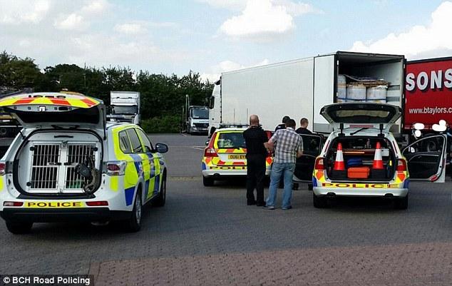 Detención: Oficiales detuvieron al conductor del camión polaco después de vigilar por el vehículo en la autopista M1 cerca de St Albans