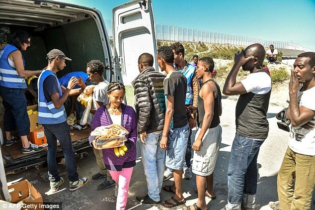 Caridad: Una organización humanitaria está dando paquetes a los migrantes que no tienen otros medios de apoyo