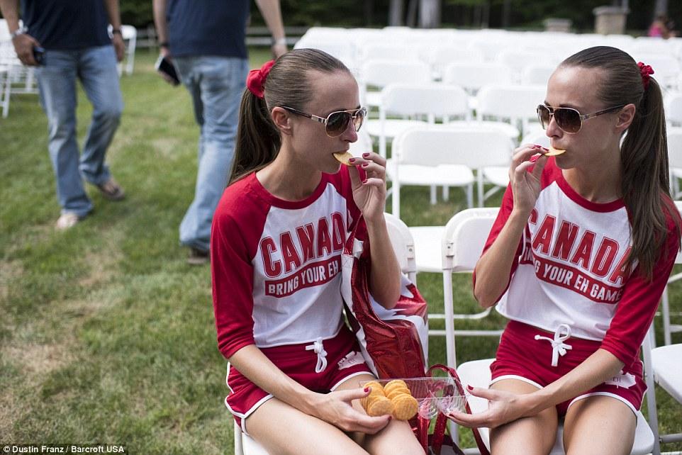 Os canadenses vão biscoitos: irmãs idênticas Allison, esquerda e Lauren Knight, 32, de Windsor, Ontário, compartilhar um lanche