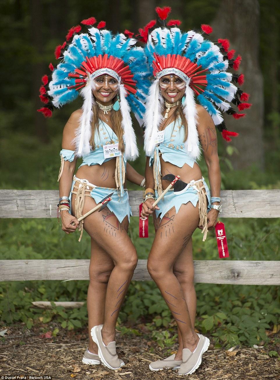 Penas extravagantes: mimina e Marita Meza Vergara, 35, da Venezuela, vestidas em trajes nativos americanos para o evento deste fim de semana