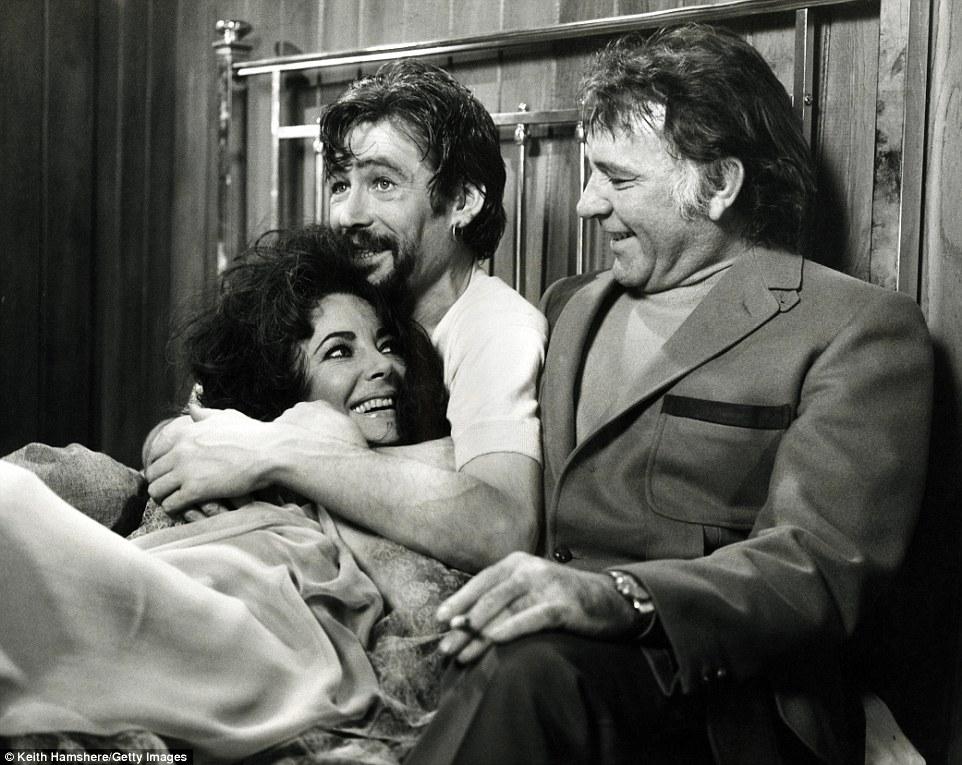 Compartilhando uma piada: Ms Taylor ri depois de serem unidas na cama do deputado Burton durante uma cena de sexo Under Milk Wood com Peter O'Toole em 1972