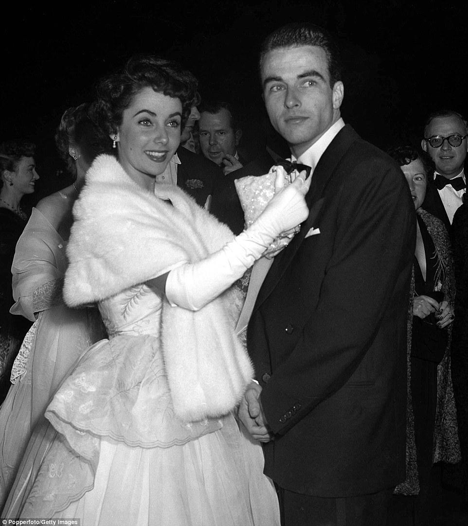Primeiros dias: Elizabeth Taylor ajusta a gravata borboleta de ator Montgomery Clift em uma premier de Los Angeles em novembro de 1949