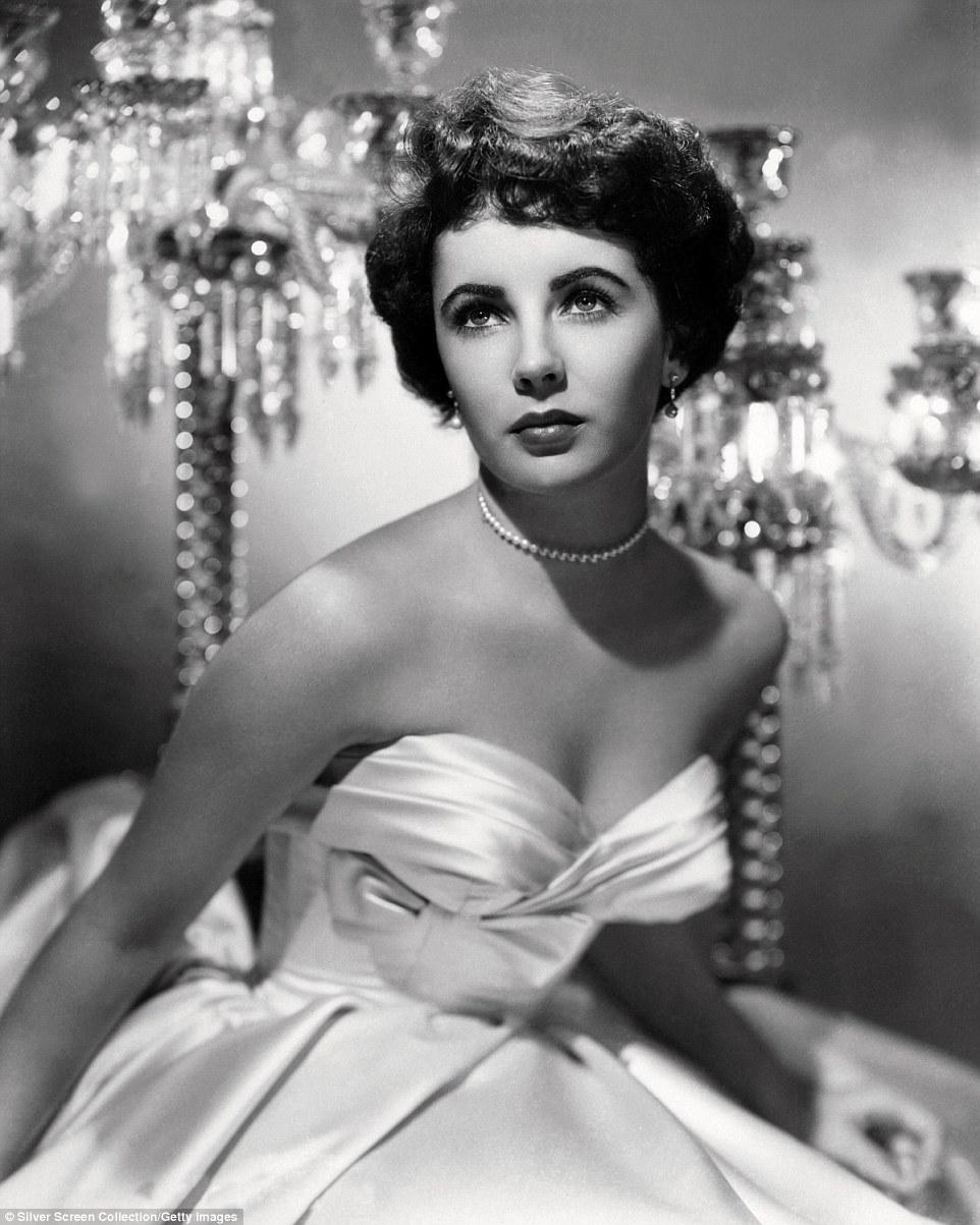 Glamorous: Esta foto, tirada em 1951, quando ela tinha 19 anos, mostra Ms Taylor olhando cada polegada a estrela de Hollywood em um vestido de baile branco