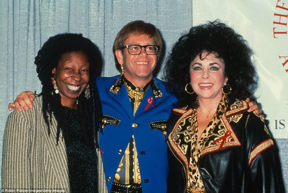 Velhos amigos: Ms Taylor com os amigos Whoopi Goldberg e Elton John em um concerto beneficente para a Fundação Elizabeth Taylor AIDS em 1992