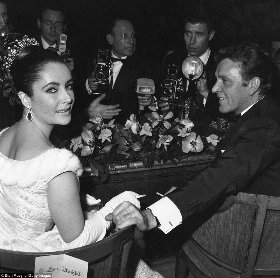 No centro das atenções: Ms Taylor na foto com seu futuro marido Richard Burton em uma seleção de Lawrence da Arábia em 1962