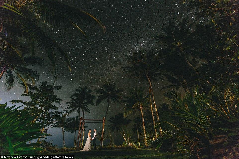 Romântico foi definitivamente no ar como este casal se casaram sob uma galáxia de estrelas em Mission Beach na Austrália