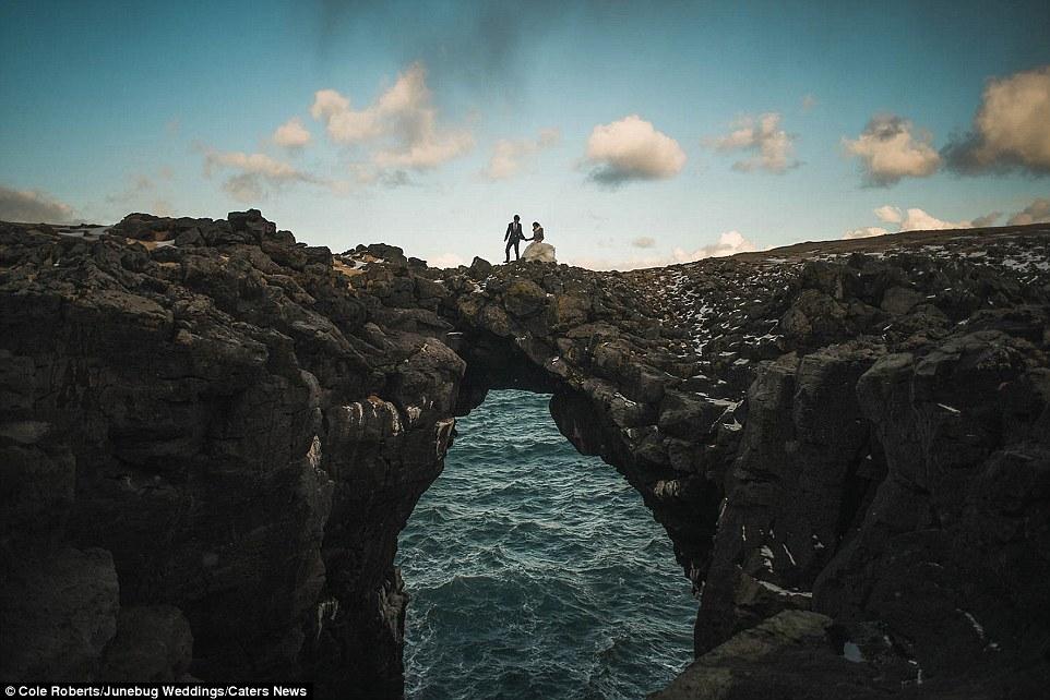 Paisagem acidentada da Islândia atrai milhões de turistas todos os anos (na foto: um arco de pedra na península de Snaefellsnes)