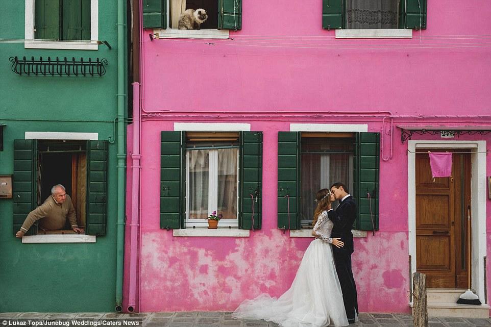 Às vezes, o timing é tudo, como foi o caso com esta foto - mostrando um homem local e gato olhando para um casal se beijando - em Veneza