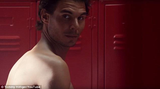 Nadal zastrelil na kameru úsmevom úsmevom, zatiaľ čo športovec sa v reklame vyzliekol na uterák.