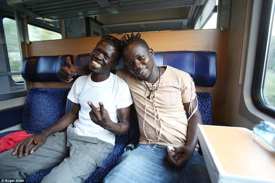 Camino a Alemania: Ibrahim Njai (izquierda) con su amigo Idris Ndiaye (derecha) abordó el 'Refugiados Express a Alemania desde Bolzano, norte de Italia