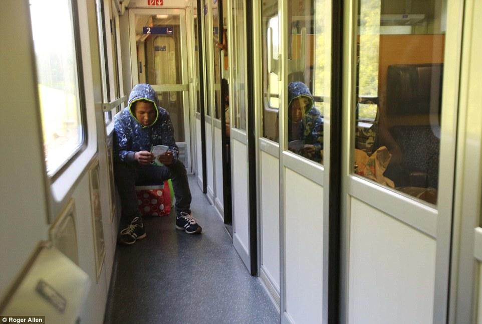 Making hacer: Algunos han logrado obtener cómodos carruajes en el cientos de-milla-largo viaje de Italia a Alemania, pero otros se contentan con un asiento de pasillo