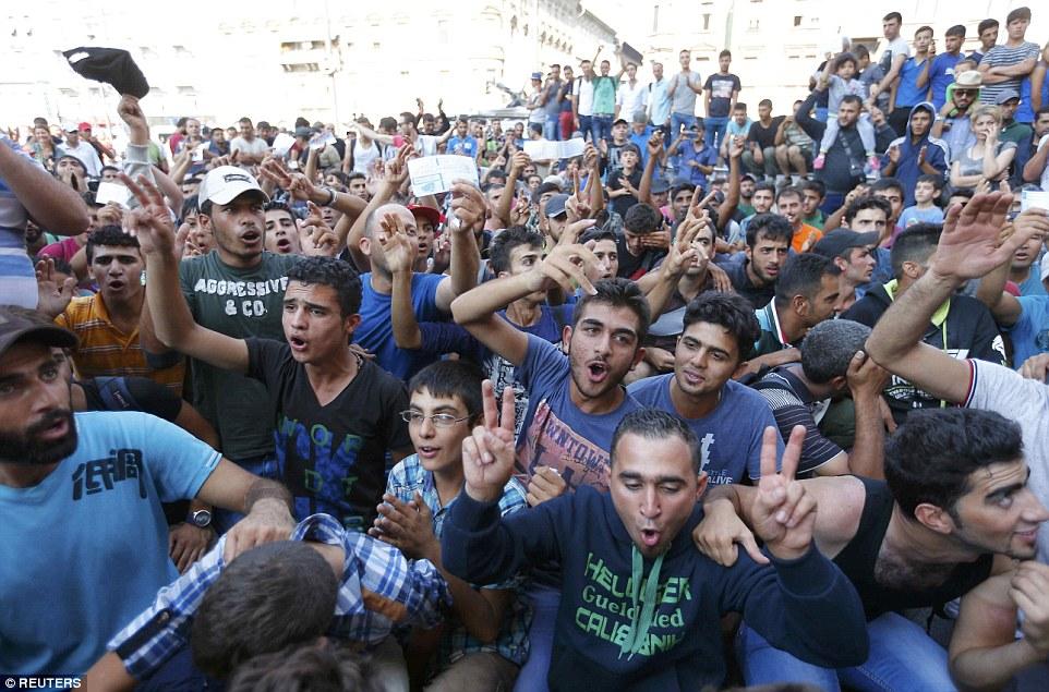 Cólera: Los migrantes también viajan a Alemania desde Budapest, Hungría, donde cientos de personas han estado protestando después de una ruta de tren principal se cerró