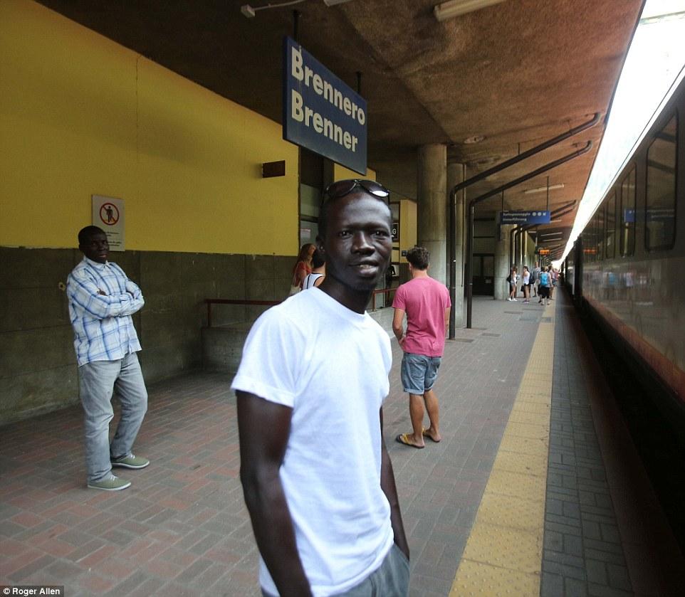 Mezcla con los lugareños: Ibrahim Njai (en la foto en Brenner, el norte de Italia), 17, de Gambia se sentó entre los turistas y los viajeros regulares y de vacaciones