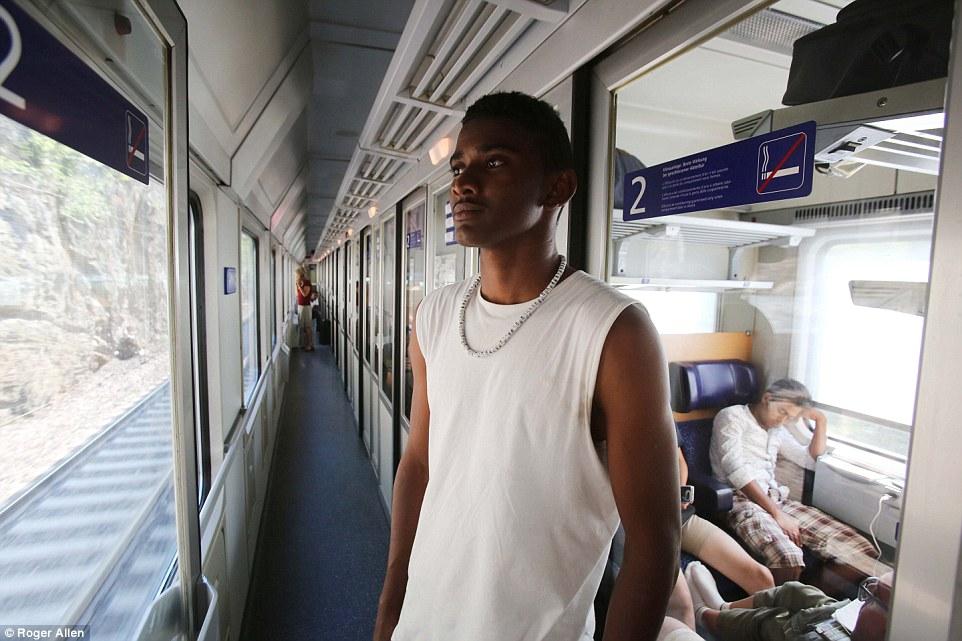 Nuevo comienzo: Para los migrantes como Mustapha (en la foto) de Sudán, Alemania ofrece la oportunidad de de las perspectivas de empleo y las prestaciones sociales