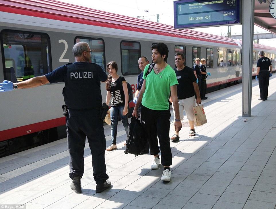 Examen: Una vez que han sido verificados por la policía, los migrantes (en la foto) están examen médico para enfermedades como la tuberculosis o el VIH