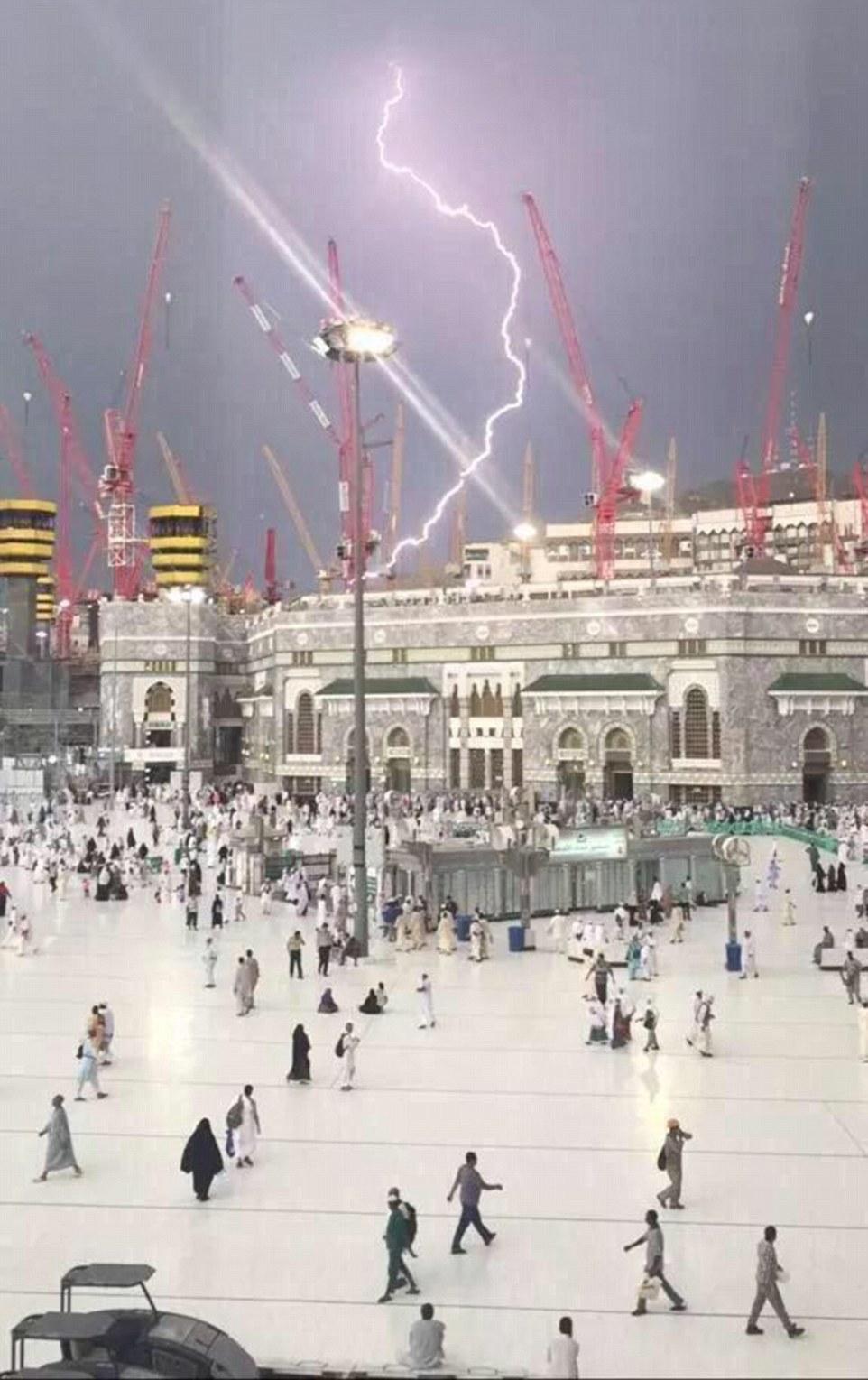 Tormentas: Una imagen capta el momento en que la grúa fatal fue alcanzado por un rayo antes de colapsar en la mezquita, matando a decenas