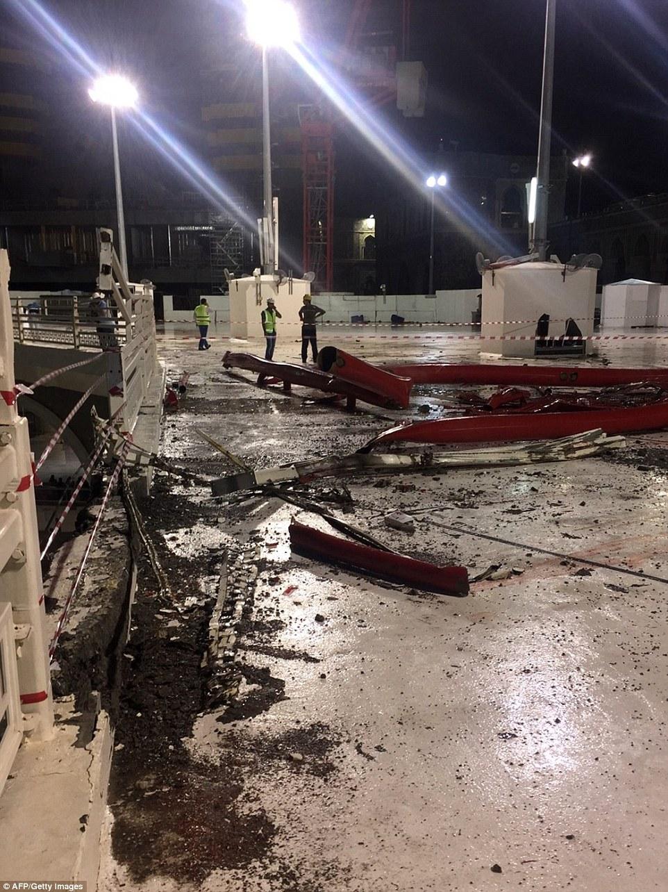 Estragos: La estructura caer gigante causó un daño inmenso a la mezquita, así como reclamar al menos 87 vidas