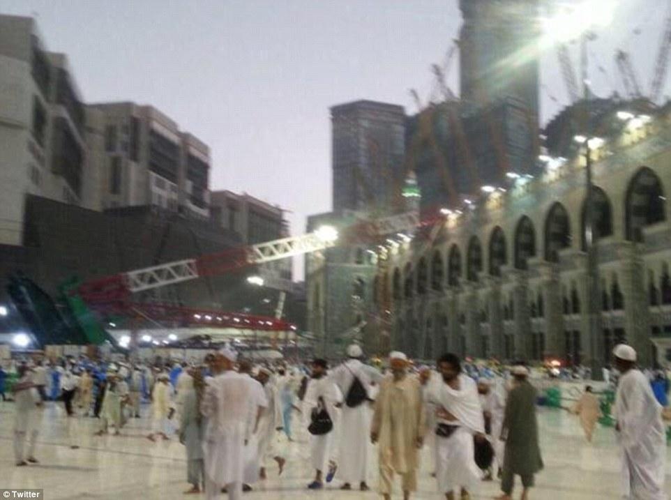Devastación: La grúa caído radica en su lado, apoyándose en la Gran Mezquita de testigos se reúnen en la ciudad santa de La Meca, Arabia Saudita