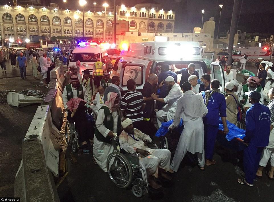 Cientos de heridos: Los hombres y las mujeres cubiertas con vendas son empujados en sillas de ruedas hacia las ambulancias
