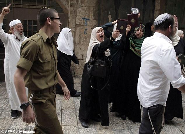 Clash: Las mujeres abusan de visitantes judíos al sitio santificado en el judaísmo como el Monte del Templo