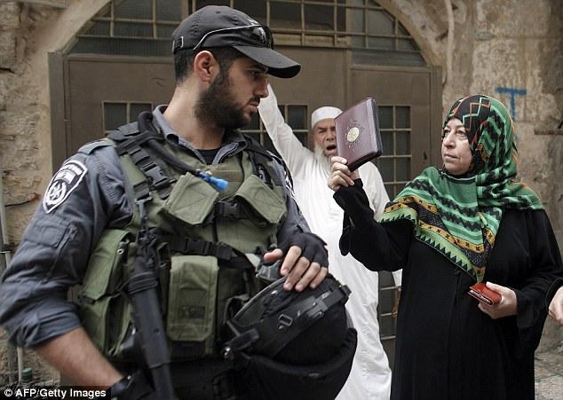 Confrontación: A olas manifestante una copia del Corán en la cara de un guardia israelí