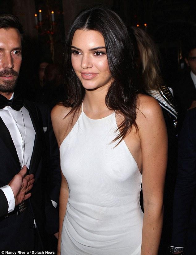 Kendall Jenner Exhibe Son Piercing Au Tton Durant La