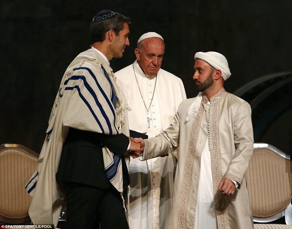 https://i2.wp.com/i.dailymail.co.uk/i/pix/2015/09/26/06/2CC3827D00000578-3249600-Pope_Francis_center_watched_as_Rabbi_Elliot_Cosgrove_left_shook_-a-72_1443245975077.jpg