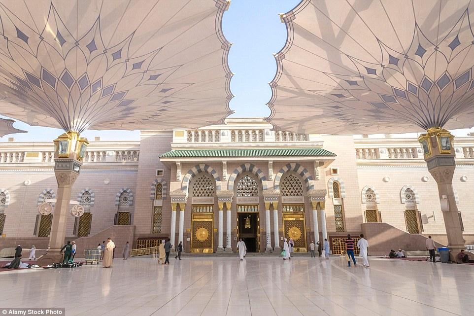 Distinctive referência: O impressionante Al-Masjid an-Nabawi com seus grandes pilares e dosséis em Medina, na Arábia Saudita