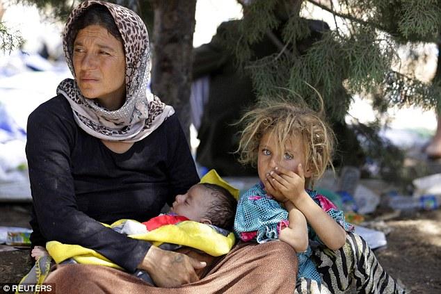 Bárbaras: mujeres Freed Yazidi capturados y vendidos como esclavos sexuales por combatientes ISIS (no en la foto) han puesto de manifiesto que las mujeres encuentran para estar embarazadas fueron obligadas a someterse a abortos para que pudieran ser utilizados para el sexo