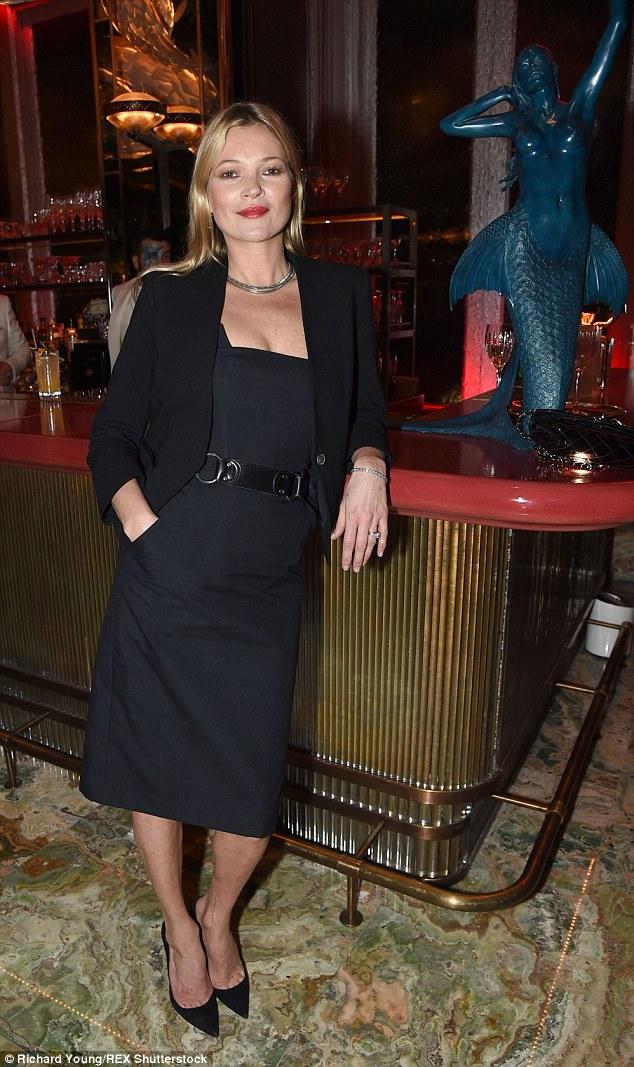 Veterano: Rita juntou-se ao partido por uma série de estrelas como Kate Moss, que parecia recatada em um vestido chique lápis e um blazer estruturado enquanto ela emparelhado o look com saltos pontudos