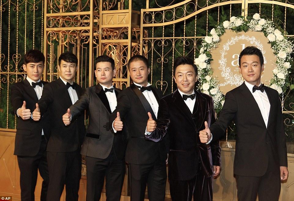 Grandes nomes: atores chineses Tong Dawei (à direita) Huang Bo (segundo a partir da direita) e Wu Jing (terceiro da direita) posam para uma foto no casamento