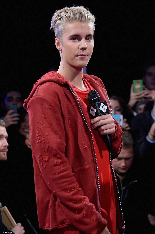 Oque esta acontecendo aqui?  Suéter de Justin parecia que tinha sido atacado como ele tinha buracos - ou era simplesmente uma questão de moda