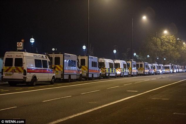 Fuerza en los números: Cientos de policías antidisturbios vigilado las calles después de que el desorden en Lambeth, al sur de Londres