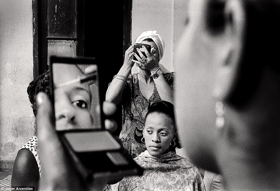 Travel - Honourable mention: Make-up in a dancer club by JavierArcenillas.Several dancers from a dance group of different ages are putting make-up on and preparing to work on stage in a dance show in the city of Santiago de Cuba