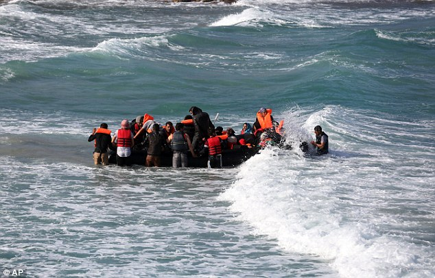 Otros intentaron abordar un bote aparte, en un intento de viajar a Chios de la costa de Turquía, cerca de Cesme el martes