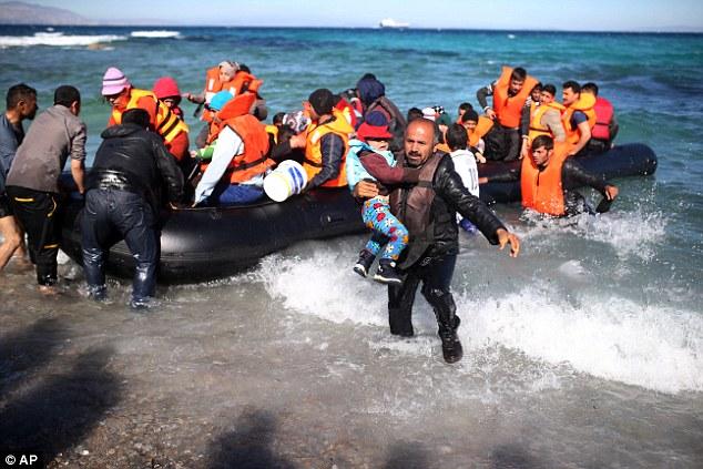 Mientras tanto, los inmigrantes desembarcan un bote en la tarde del martes después de que cancelaron su viaje desde la costa turca a la isla griega de Quíos debido al mal tiempo