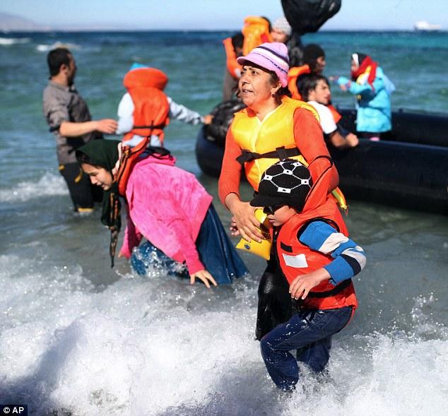 Algunas de las mujeres, que estaban planeando viajar con niños a bordo del barco lleno, parecía aliviado de estar de vuelta en tierra