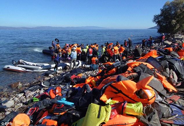 Cientos de chalecos salvavidas y varios botes de goma destruidas se acumulan en una playa después de refugiados e inmigrantes llegaron en barcos sobrecargados en la isla griega de Lesbos el martes