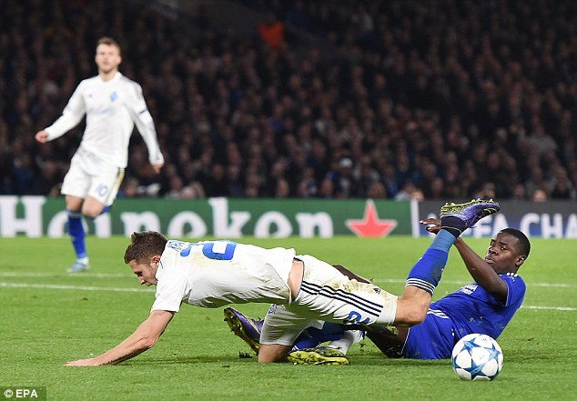 Zouma glisse pour déposséder Artem Kravets lors de la Ligue des champions de Chelsea victoire sur le Dynamo Kiev
