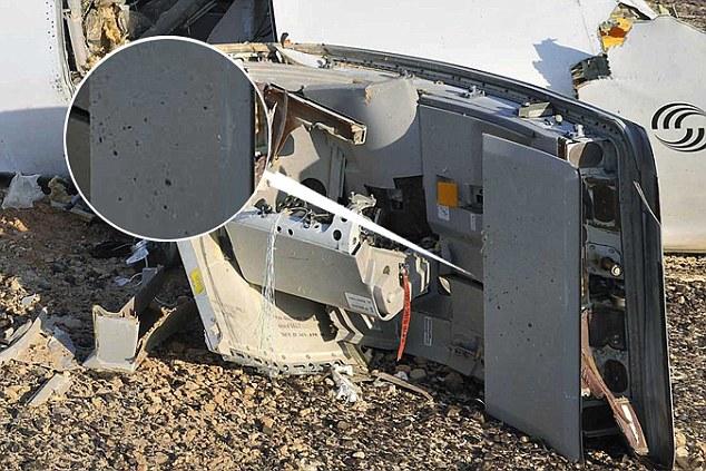 Prueba posible: Una imagen de una de las puertas del Airbus A321 se estrelló mostrarlo teniendo 'pockmarks' en el interior, lo que podría ser evidencia de la metralla de una bomba que ha ido dentro del avión