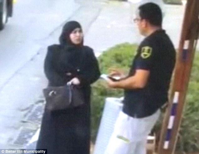 Al comienzo de la grabación, la mujer palestina se acerca casualmente el guardia de seguridad israelí