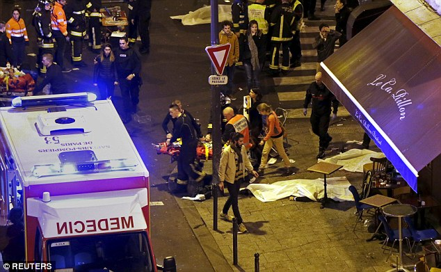 Al menos uno de los terroristas era un parisino que había estado en una lista de vigilancia terrorista durante cinco años, pero no se está supervisando de cerca lo suficiente para ser detenido antes de que él participó en el ataque asesino. Por encima, los miembros del cuerpo de bomberos franceses ayudan a una persona lesionada, cerca de la sala de conciertos Bataclan